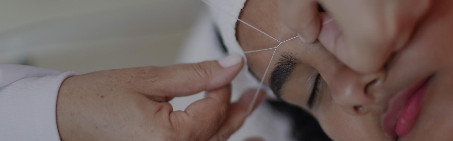 DEPILAÇÃO FACIAL COM LINHA A Depilação do Rosto com Linha usando técnica oriental egípcia do Studio Sandra Martins proporciona uma depilação muito mais precisa para peles sensíveis.