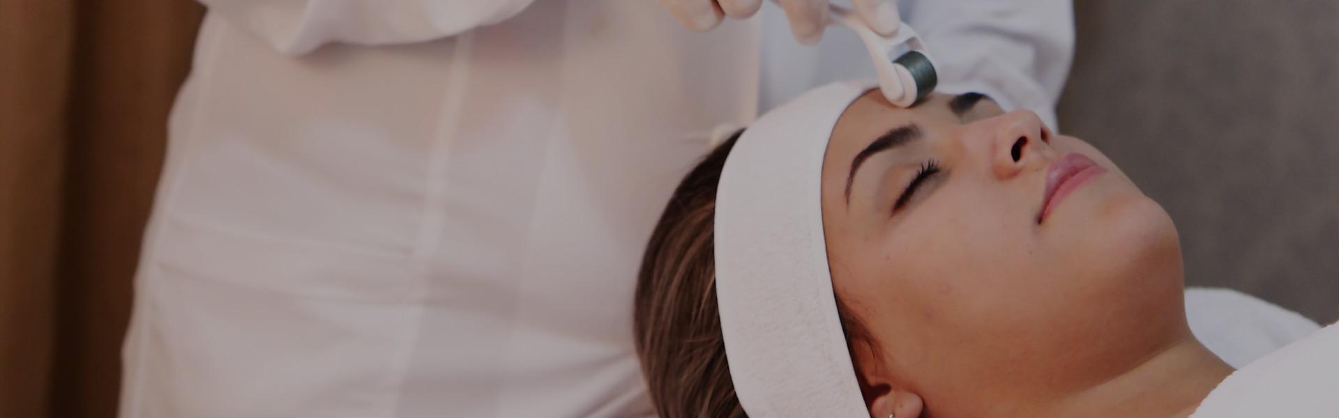 Já ouviram falar de Dermaroller? Ou Microagulhamento? Está começando a ser conhecido no Brasil, mas nos EUA já é a maior febre! Você sabe porque? É um tratamento que melhorar e muito a aparência da pele do rosto, combatendo a flacidez, as rugas e linhas de expressão, melhorando estrias, marcas e cicatrizes, dando viço, luminosidade e controlando a acne.