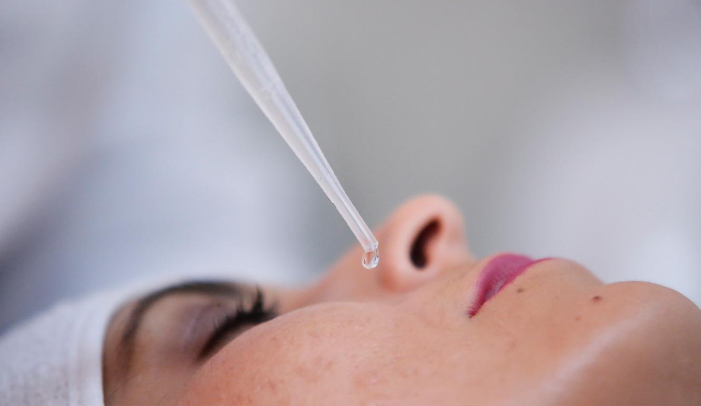O tratamento estético facial com ácidos vulcânicos do Studio Sandra Martins, possuem ingredientes que juntos proporcionam uma ação global no tratamento de hiperpigmentações de origem melânica