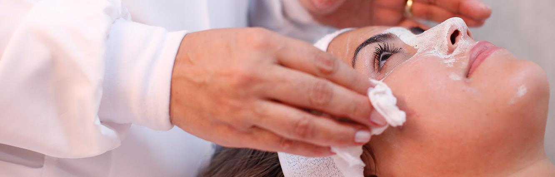 Por isso dentre os mais novos métodos de tratamento para rejuvenescimento da pele está o Microagulhamento, um procedimento estético que oferece a oportunidade de melhorar a aparência envelhecida por meio da redução de rugas, combate à flacidez facial