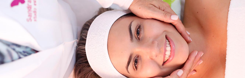 O microagulhamento é um sistema de rolamento que contém inúmeras microagulhas que geram centenas de microlesões na pele. Esta ação desencadeia mediadores químicos que estimulam os fibroblastos a produzirem mais colágeno e elastina para restaurar a pele danificada.