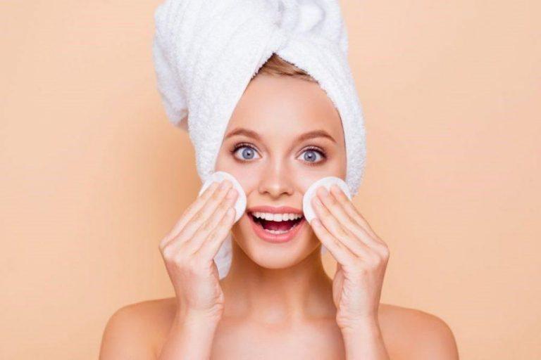 Além do tratamento estético facial! As mudanças de temperatura, no clima, os descuidos na remoção da maquiagem, tudo isso pode danificar a sua pele, comprometendo a saúde e a aparência dela.