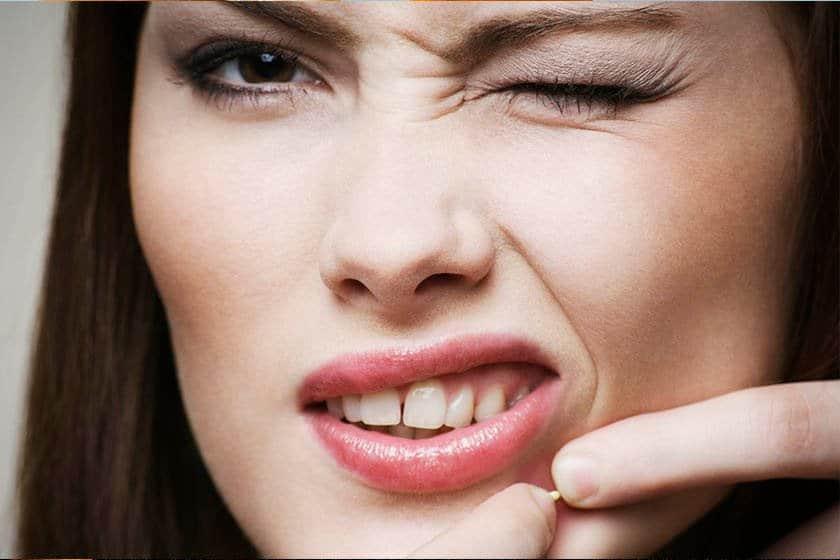 Espremer espinhas (acne) pode causar infecção grave de pele, além das cicatrizes deixadas no rosto, pode machucar a pele e gerar uma reação inflamatória