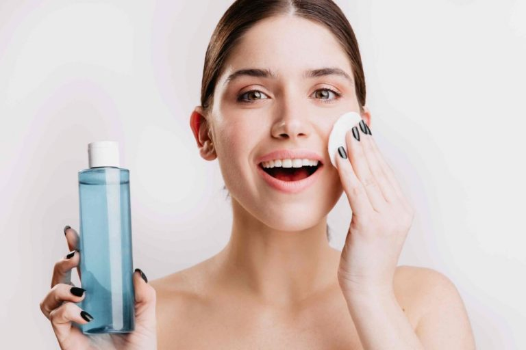 Quem mantém os cuidados com a pele em dia, provavelmente já ouviu falar ou usou água micelar. No entanto, apesar da popularidade desse produto, nem todas conhecem sua real função e seus benefícios.